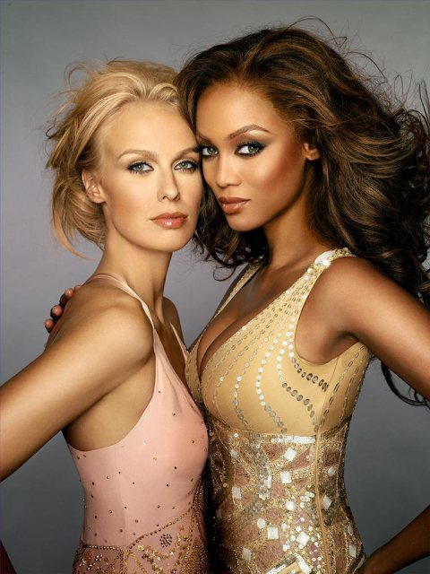 (l-r) AMERICA'S NEXT TOP MODEL, cycle 7 winner CariDee English poses with Tyra Banks. Photo:  De Yonker/The CW. ©2006 The CW Network, LLC. All Rights Reserved